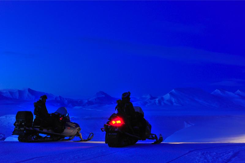 Hilde_FS_Januar_ 8 (3)_2snowmobiles_polar_night