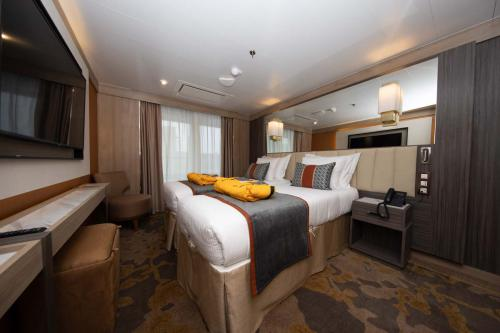 Quark Expeditions World Explorer Deluxe Suite Suite 534 (6)